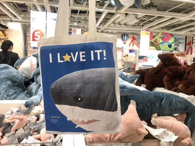 即日起至9月6日,持宜家卡消費金額滿2,500元,可獲得限量版鯊魚提袋。記者江佩...