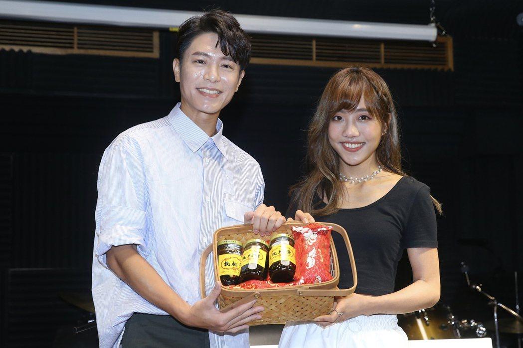 韋禮安(左)送禮替蔡佩軒打氣。記者林伯東/攝影