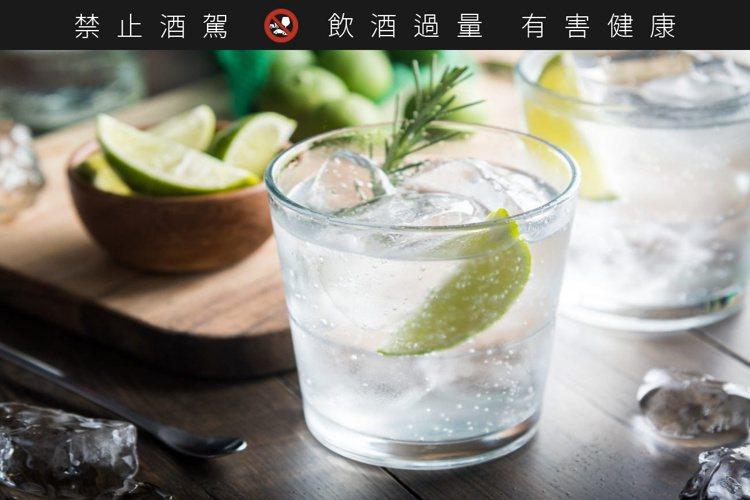 把適量的琴酒倒進裝滿冰塊的杯子裡,就是理想的夏日飲法。圖/摘自insider.c...