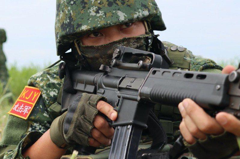 陸軍特戰指揮部第五營日前實施空降突擊操演,模擬攻擊軍角色進行作戰訓練,以了解共軍可能攻勢為何。圖/中華民國陸軍臉書粉絲專頁
