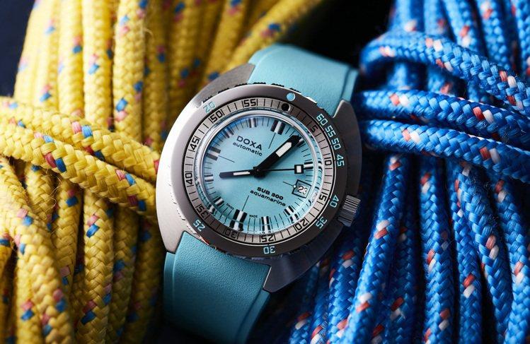海水藍色表面、搭配同色橡膠表帶的DOXA Aquamarine SUB 300潛...