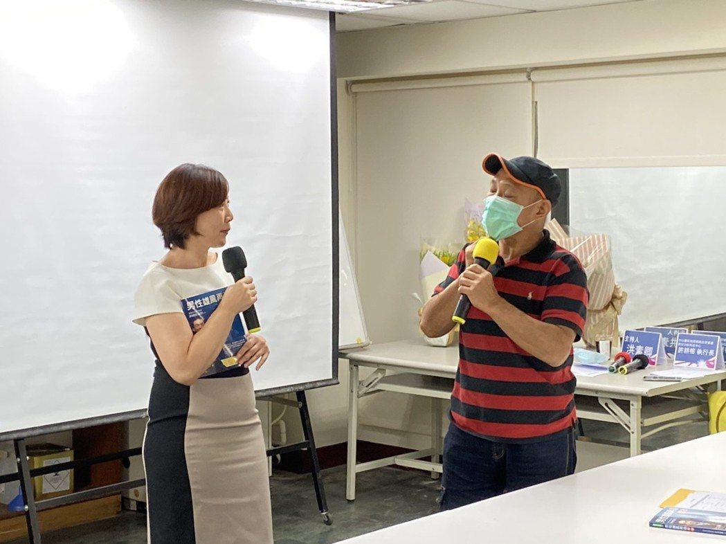 58歲的潘先生(右)床笫之事出現障礙,就醫時泌尿科醫師發現是陰莖血管滲漏導致,經...