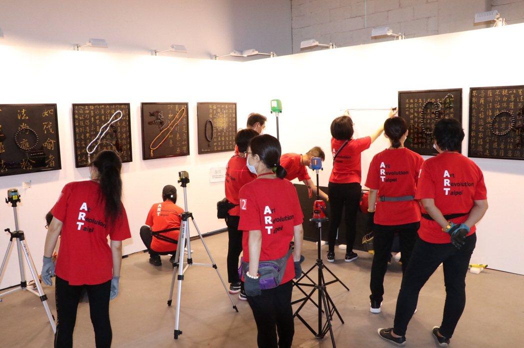 台北新藝術博覽會布展現場,圖為李善單的念佛大圖騰系列。 台北新藝術博覽會/提供