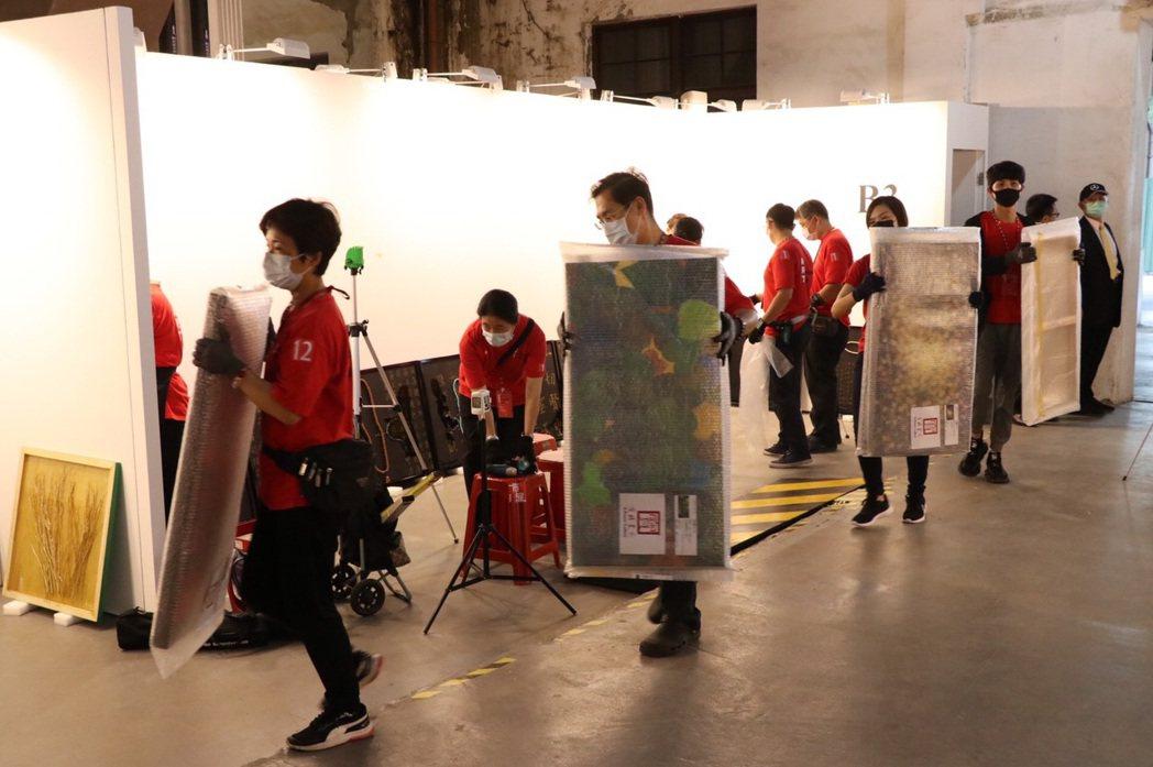 台北新藝術博覽會今天開始布展,本周六15日開展,在松山文創園2、3號倉庫。台北新...