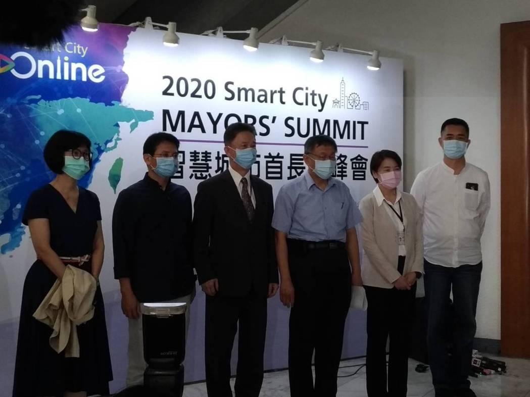 台北市長柯文哲(右三)今天提到,入境管理的大漏洞,就是許多人入境時,並沒有註明要...
