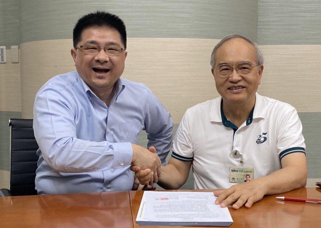 威潤董事長湯潤濶(左)與義隆董事長葉儀晧宣布將於人工智慧(AI)領域進行合作。 ...