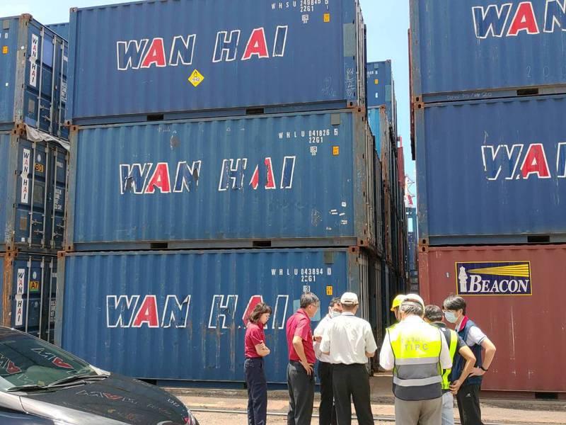 台中港碼頭目前還有11個硝酸銨貨櫃,港務公司和消防等單位今天下午查核安檢。記者游振昇/翻攝