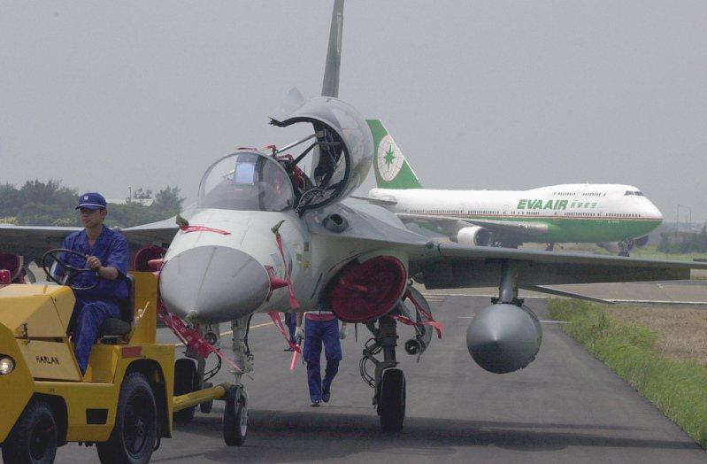 2004年桃園國際航空嘉年華在桃園基地舉行,如今空軍基地已成古蹟。圖為空軍經國號戰機。圖/聯合報系資料照片