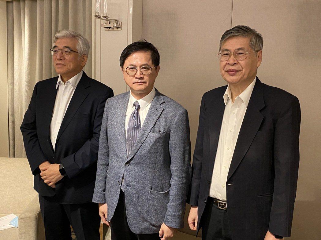 和碩宣布收購子公司鎧勝-KY,左起為和碩副董事長程建中、董事長童子賢及總經理廖賜...