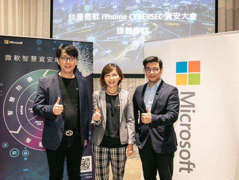 台灣微軟在今年「iThome CYBERSEC資安大會」期間舉辦媒體團訪,分享資安觀念與趨勢。圖為微軟亞洲區雲端解決方案總監佐藤大輔(右)、台灣微軟Microsoft 365事業部副總經理陳慧蓉(中),以及台灣微軟資安產品經理張士龍(左)。台灣微軟/提供