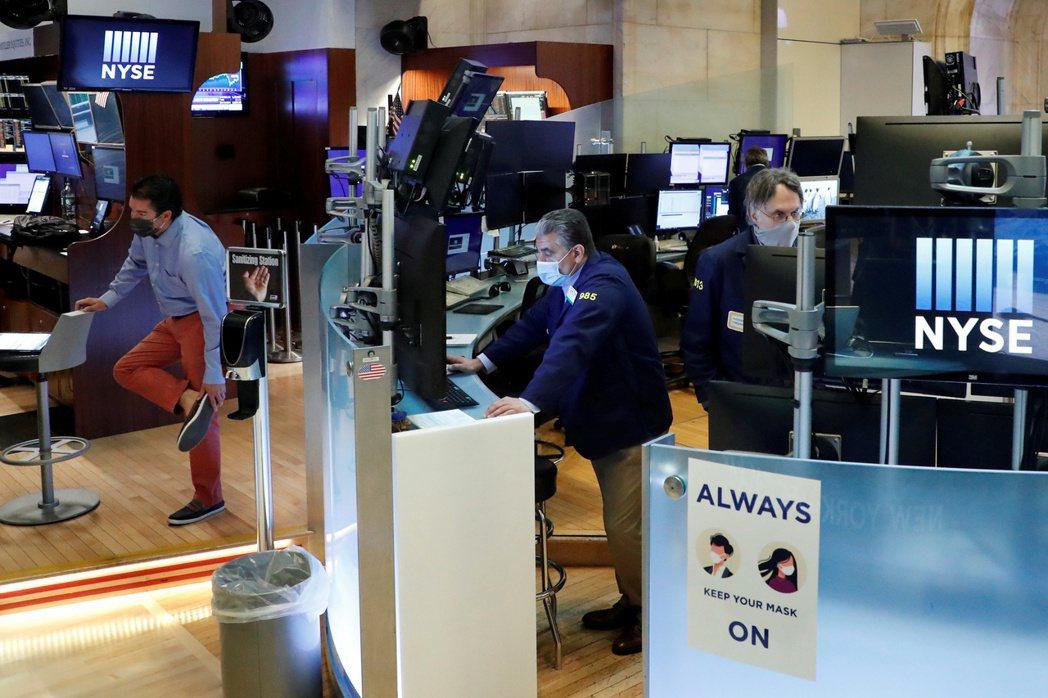 美國股市今日早盤下跌,投資人還在消化表現優於預期的失業數據。  路透