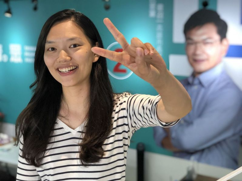 民眾黨候選人吳益政的女兒吳洛瑩當父親的分身,協助掃街拜票,也幫忙經營臉書。記者王慧瑛/攝影