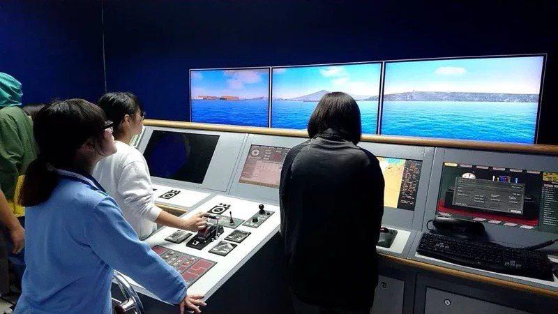 海大附中航海科學生到海洋大學商船系使用操船模擬機,強化學習成效。圖/教育部提供