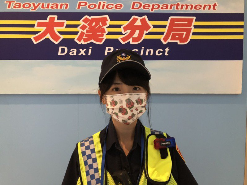 原本相貌清秀的女警戴上Q 版口罩更吸睛引人注意。記者鄭國樑/翻攝