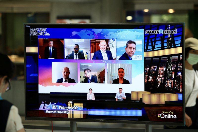 2020智慧城市首長高峰會今年以「線上論壇」形式舉辦,昨舉行首場論壇,台北市長柯文哲致詞。記者林伯東/攝影