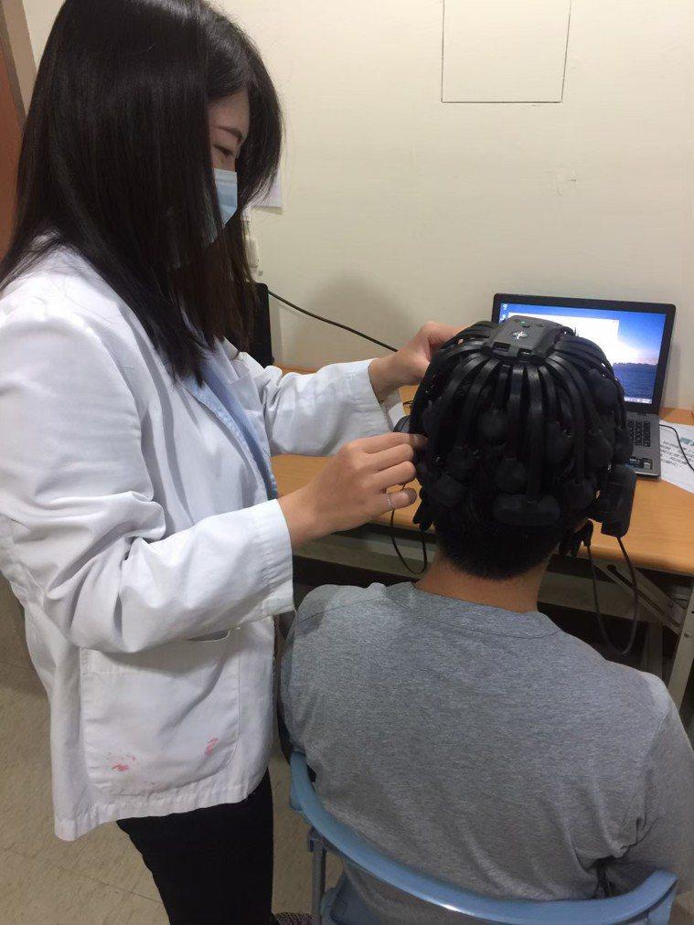 患者戴上多頻道腦波帽,檢查腦內神經細胞活動時產生的電氣,可評估阿茲海默症。圖/大...