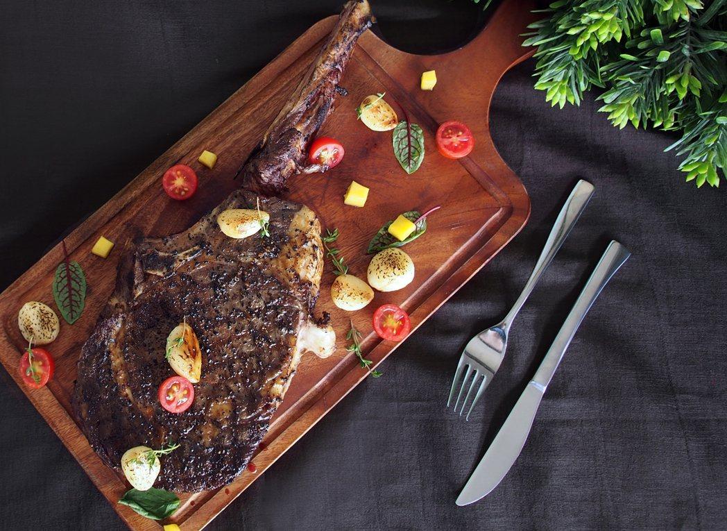 限定主餐「燒烤野人戰斧牛排」18盎司超大份量,享受大口吃肉滿足感。業者/提供