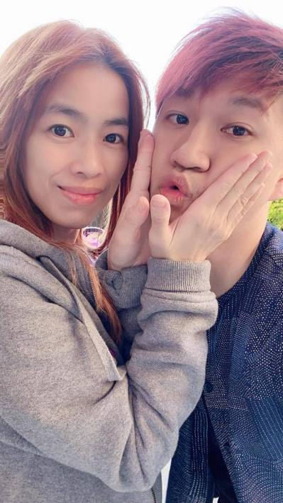 熱愛鋼鐵人的魏智偉(右)稱太太為「小辣椒」(左),常在粉絲專頁上分享兩人的互動。...