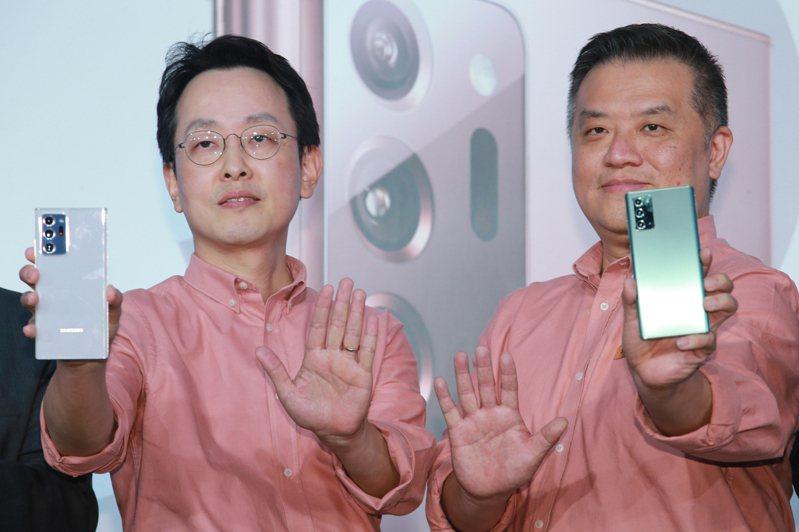 Samsung昨天舉辦新機發表會,搭載升級S Pen手寫筆、支援5G的Galaxy Note 20/Note 20 Ultra旗艦手機正式上市,台灣三星總經理李大成(左)、副總陳啟蒙(右)一同宣布各項搭配電信的優惠。記者許正宏/攝影