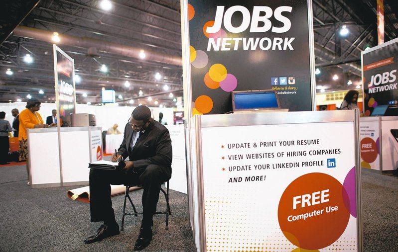 美國上周初領失業救濟金人數減少至96.3萬人。(路透)
