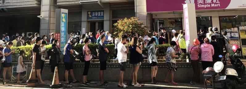 盒裝口罩熱銷,彰化一家連鎖通路昨天出現排隊潮。記者林敬家/攝影