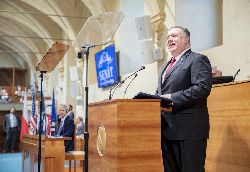 美國國務卿龐培歐十二日在捷克參議院發表演說。(歐新社)