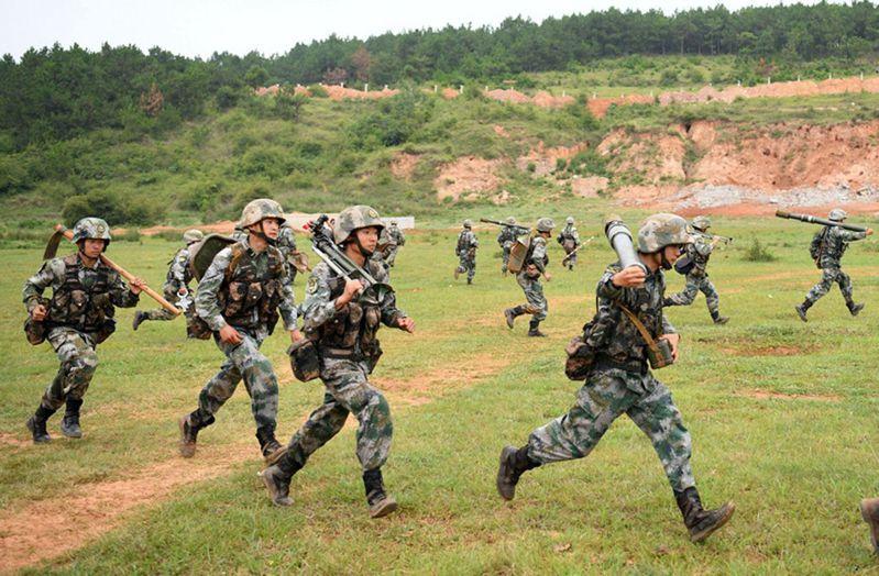 解放軍將在台海及台灣南北兩端進行軍演,圖為中共陸軍舉行迫擊砲操演。(中國軍網)