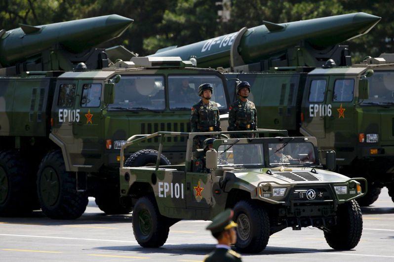 東風15型飛彈曾在1995、96年射往基隆、高雄外海,圖為2015年9月閱兵亮相的東風15B型導彈。(路透)