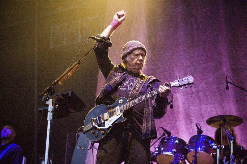 加拿大搖滾歌手尼爾.楊(Neil Young)日前控告美國總統川普的連任競選團隊侵權,未經同意就擅自在造勢活動播放他的歌曲。 (美聯社資料照片)