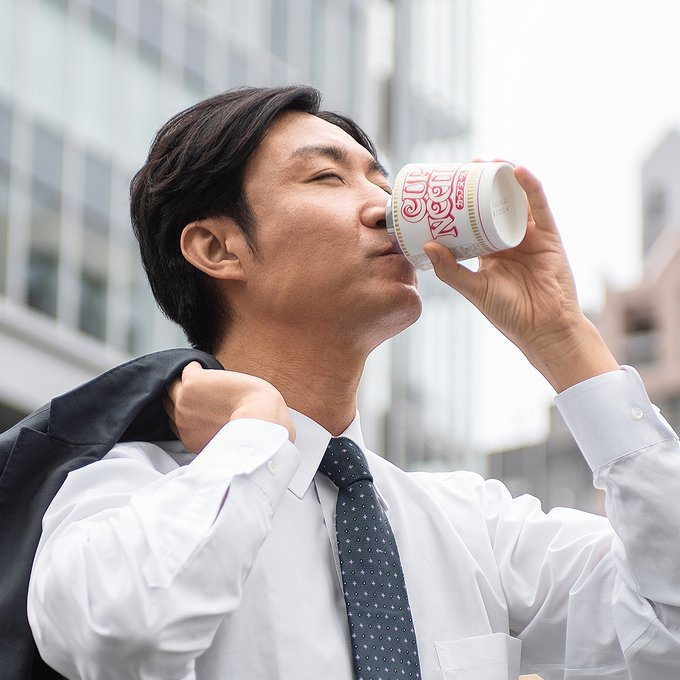 日本合味道杯麵近日在Twitter分享「杯麵保溫杯」的得意設計。圖擷自Twitter @cupnoodle_jp
