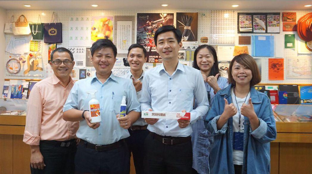 鈺植企業營業一部經理王奕翔(前排右二)、開發部副理顏瑞成(前排右三)與品牌團隊合...