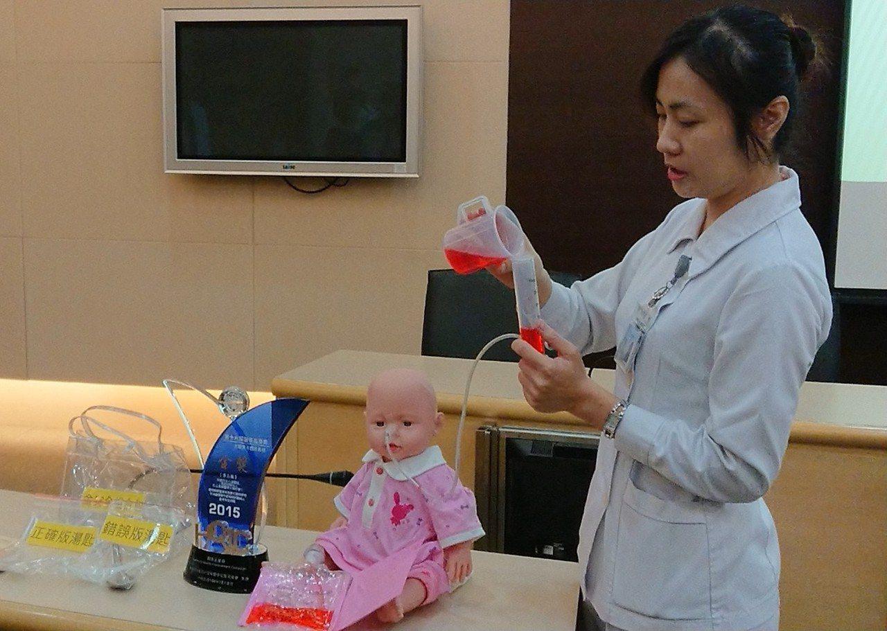 小港醫院針對吞嚥障礙患者及插鼻胃管患者設計「安全進食」六步驟,包括進食時應坐姿挺...