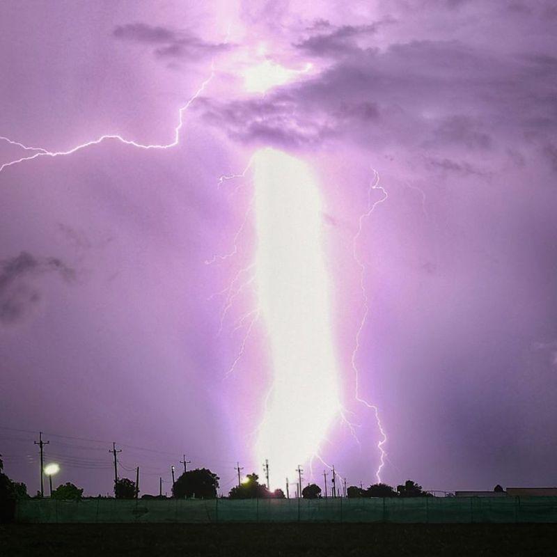 雲林網友拍下宛如「雷神降臨」的照片,引發大家熱烈討論。圖擷自facebook