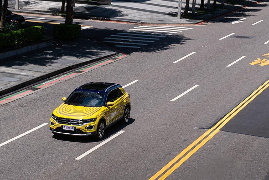 福斯T-Roc車頭有著六角型造型LED日行燈,並將成為台灣首輛搭載全新品牌識別的...