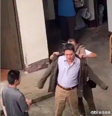 馮紹峰日前被拍到拍攝現場有肚腩的模樣。圖/擷自微博