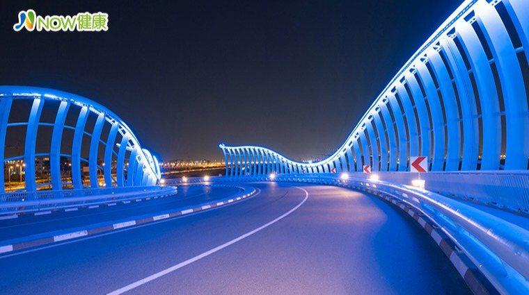 ▲大多數LED燈以及3C用品發出的藍光,都與睡眠障礙、肥胖症,以及增加罹癌風險有...