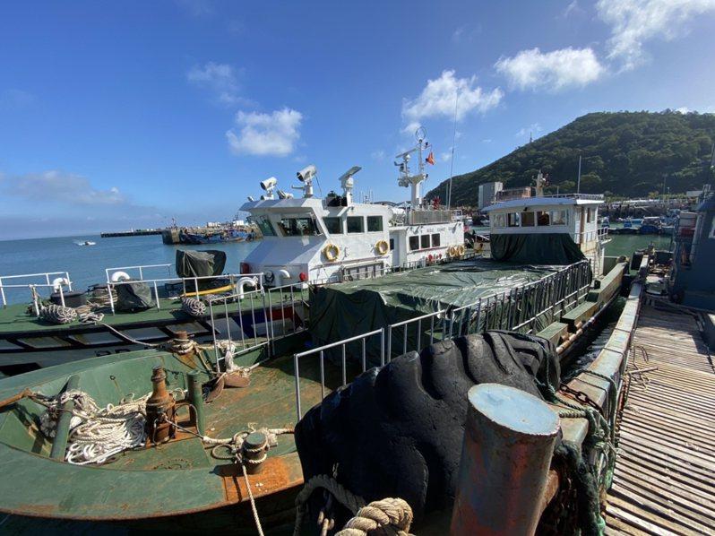 海巡署近日在馬祖海域緝獲走私菸船隻,運載1334箱,共68萬包未稅菸,是馬祖有史以來查獲最大筆的走私菸案。 海巡署第十海巡隊提供/中央社