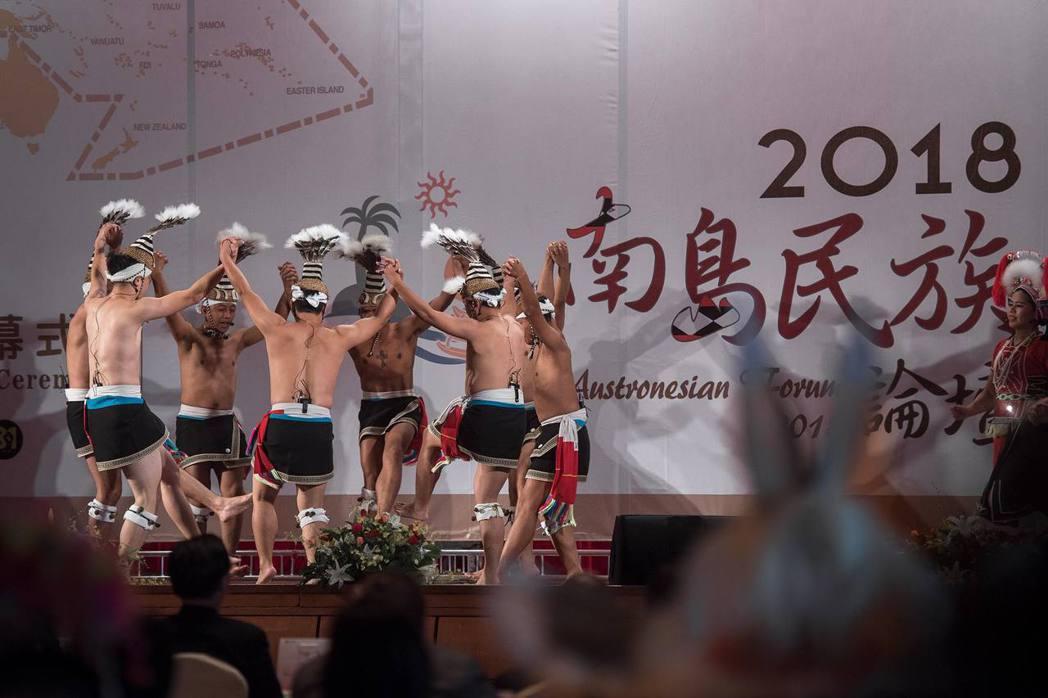 2018年8月1日「南島民族論壇」上,原民會所屬的「原住民族文化發展中心」舞團,在未告知阿美族奇美部落、也未取得同意的情況下,表演了奇美部落的Pawali和Kahahayan送靈祭歌。 圖/總統府