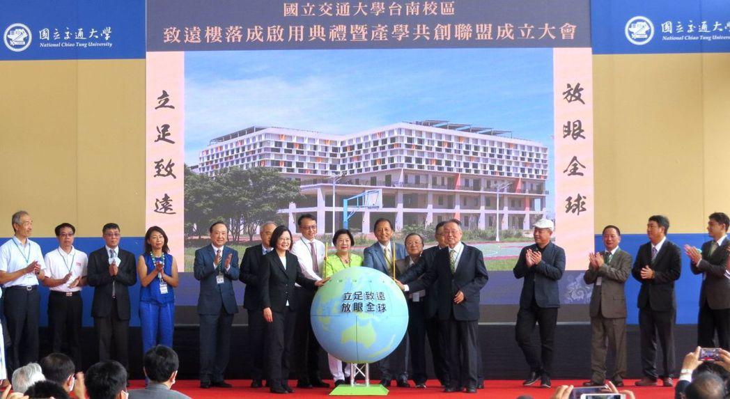 總統蔡英文(前排左)、宏碁創辦人暨致遠基金會董事長施振榮(前排右),與19家進駐...