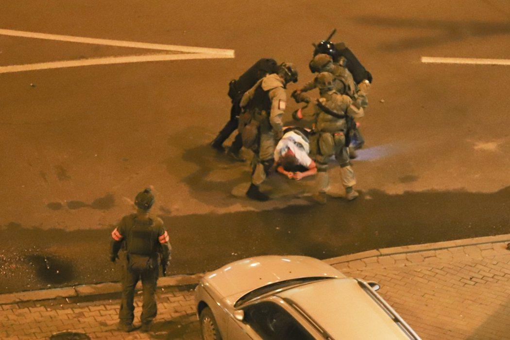圖為11日,首都明斯克示威者遭警方以警棍打擊。 圖/美聯社
