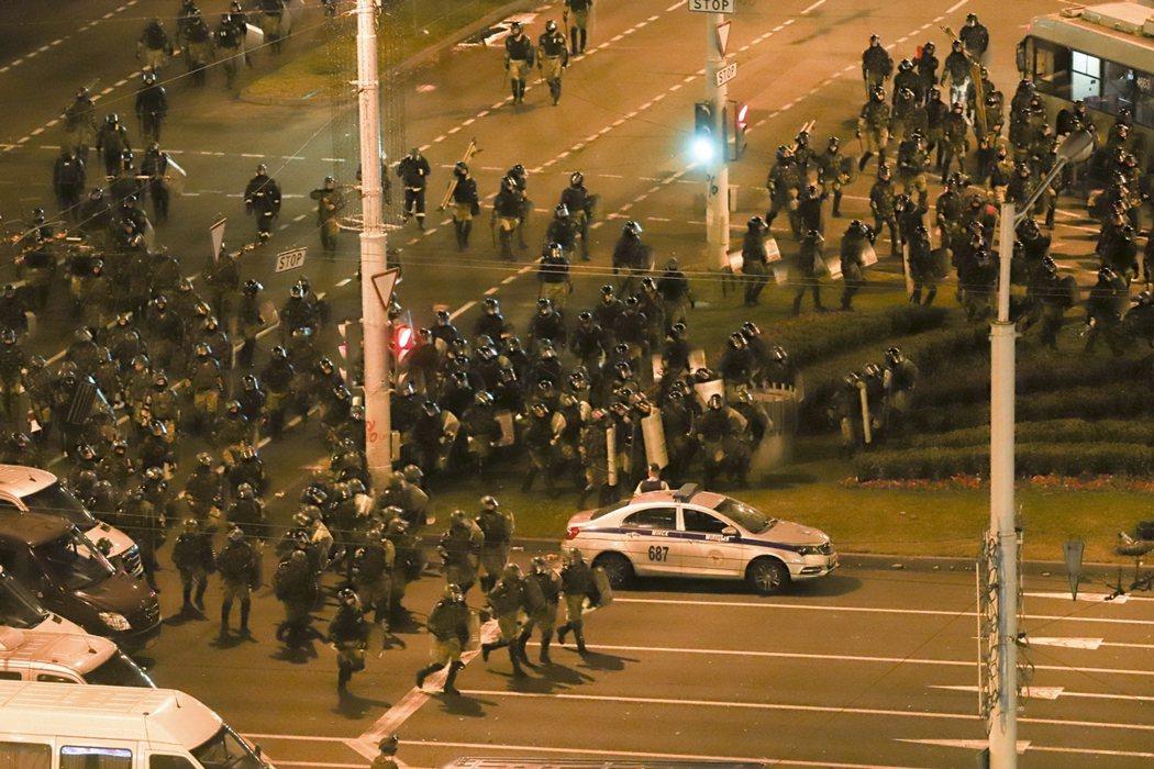 白俄羅斯警方於11日,準備驅離明斯克示威者。 圖/美聯社