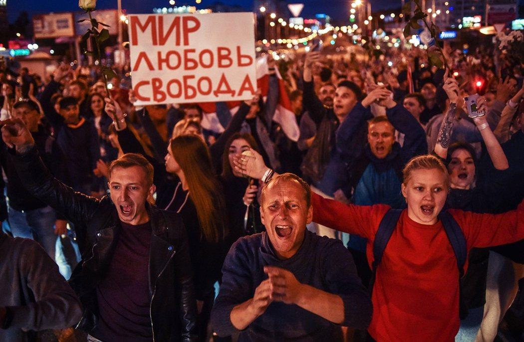 圖為13日晚,明斯克街頭沸騰的憤怒民眾。 圖/法新社