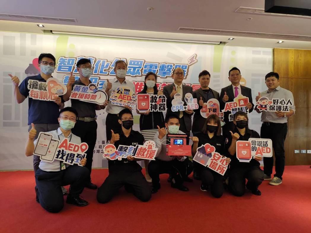 台中市政府率先推動公共場所的「智慧化AED警報系統」,期盼大幅提升心臟急救黃金救...