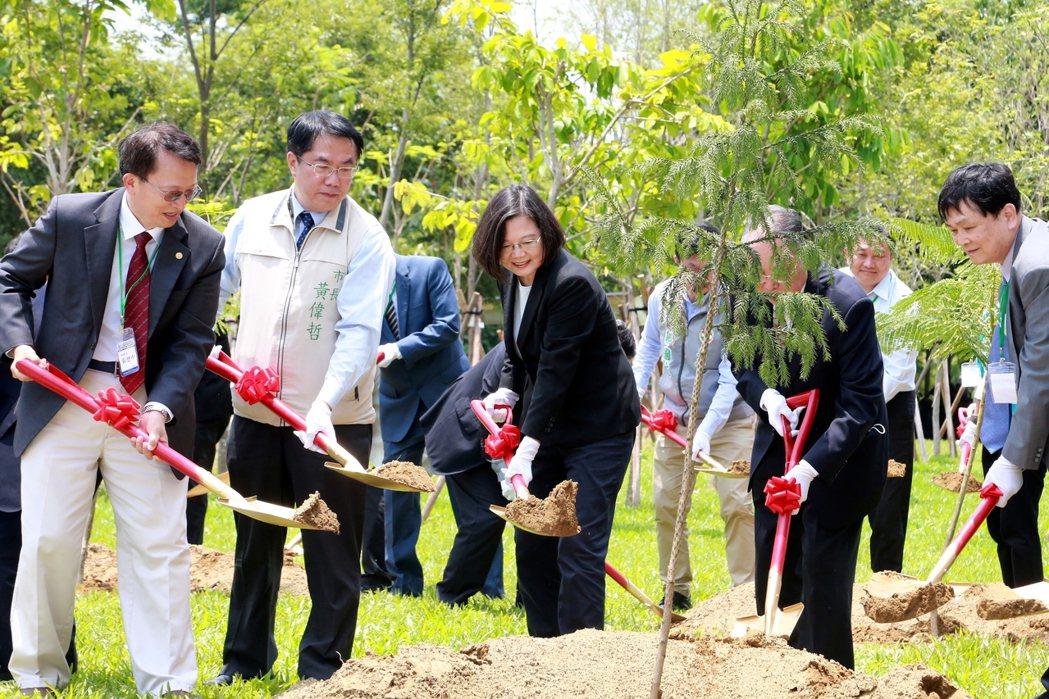 台南市長黃偉哲(左二起)、總統蔡英文、宏碁創辦人兼致遠基金會董事長施振榮及多位貴...