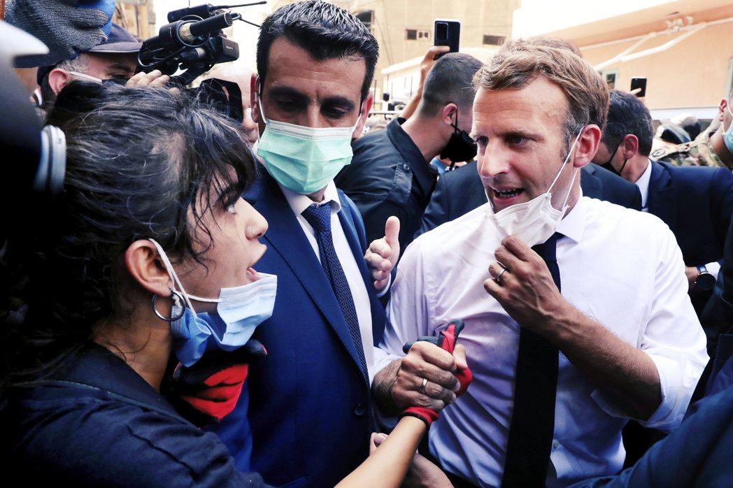 法國總統馬克宏在爆炸事件後前往貝魯特與當地居民互動。 圖/美聯社