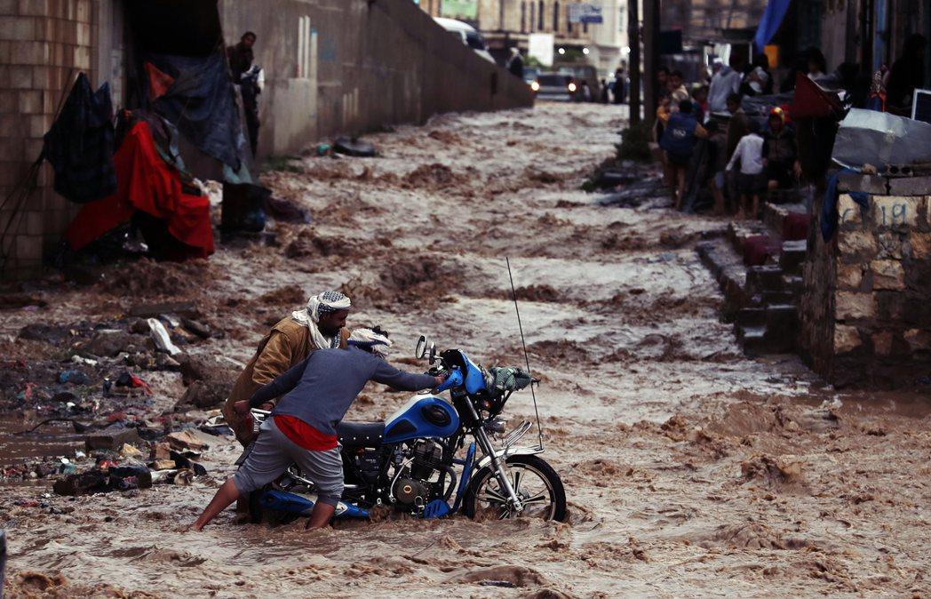 7月底,沙那淹大水的災難景象。 圖/歐新社