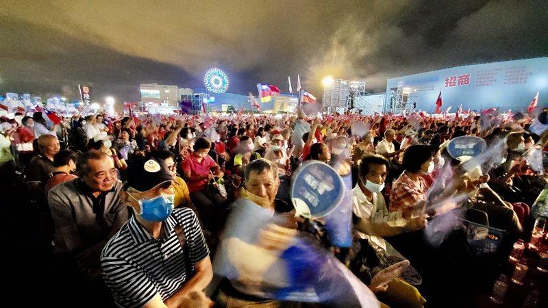 國民黨籍高雄市長補選候選人李眉蓁14日晚間在夢時代旁的台糖物流園區空地舉辦選前之夜造勢活動,熱情支持者齊聚現場,以行動表達對國民黨、對李眉蓁的支持。中央社