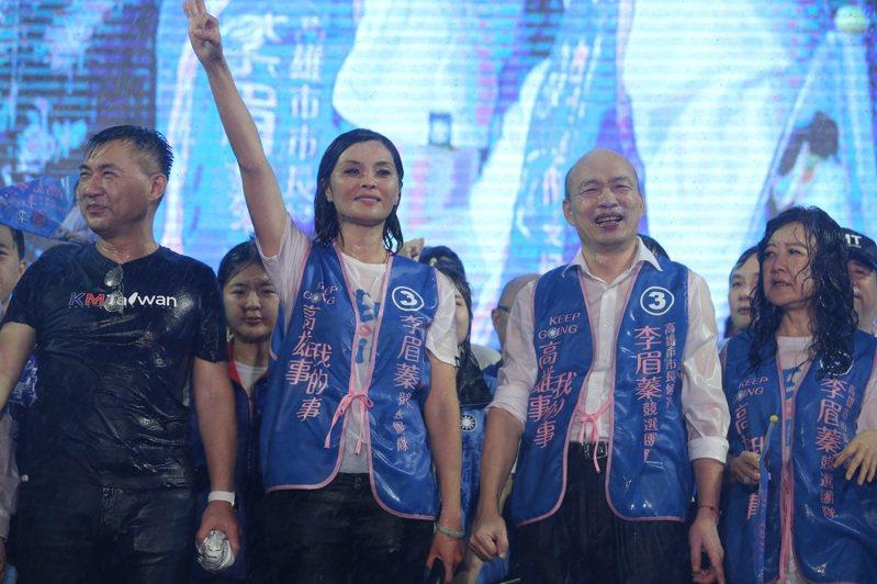 國民黨主席江啟臣(左1)替李眉蓁站台,江大喊「那個呷銅呷鐵的政黨,一定要把它阻擋下來」,把南部的尊嚴、高雄的未來找回來」。記者劉學聖/攝影