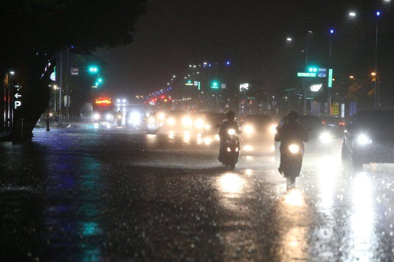 高雄市晚間下豪大雨。記者劉學聖/攝影