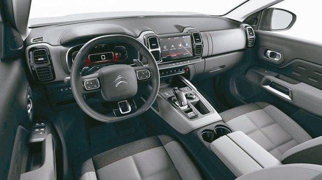 以法式前衛美學勾勒出絕美車室,並在兼顧駕馭樂趣下,創新打造高舒適性乘坐空間。 圖...